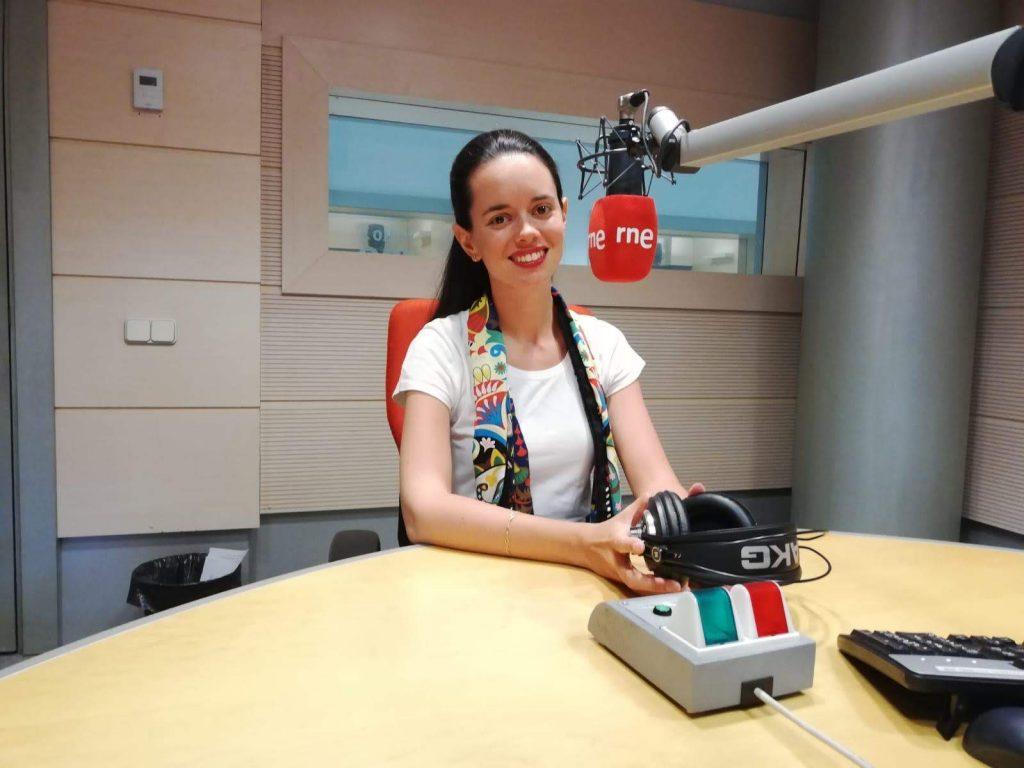 María Galán en el estudio de Radio Nacional.