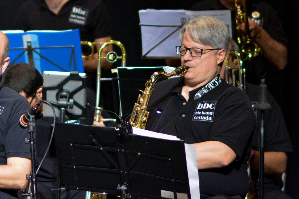 Santiago Rodríguez Villarta tocando el saxofón