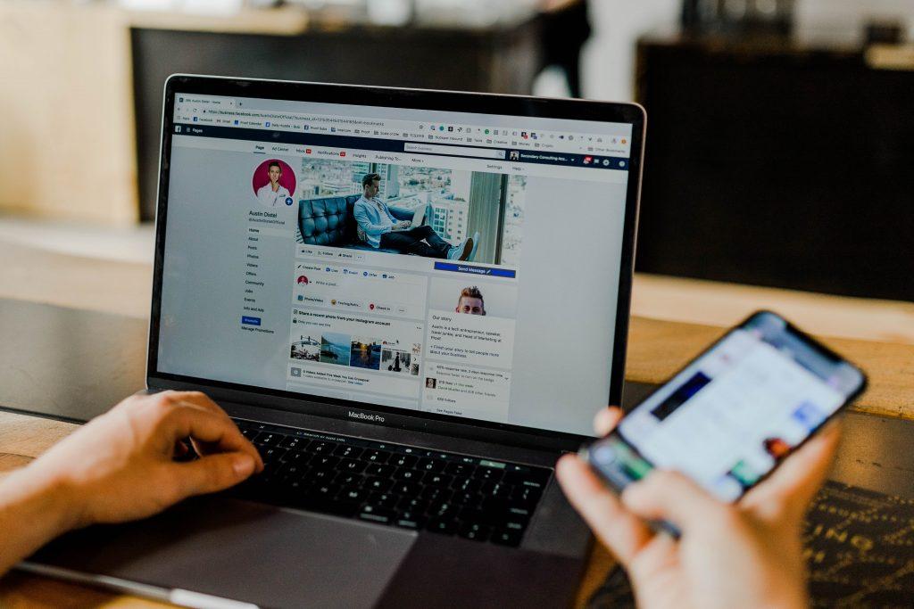 Ordenador portátil que muestra una página de Facebook